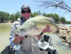 Ross 'Virty' Virt, owner and maker of popular lure, Kaos Cod Flies, with a nice Murray cod caught just before the change when the air and water temperatures are much cooler. This one was caught on a Koolabung Codbait – These work great in faster flowing s