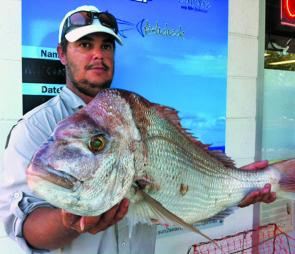 Tim Hutchison with his PB snapper of 83cm 7kg from Mud Island.