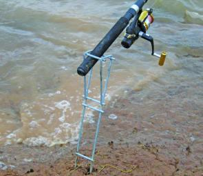 A piece of cut galvanised fencing and you have a very inventive rod holder to keep the gear out of the mud on the shores of a lake. Just remember to follow the rules on attended lines.