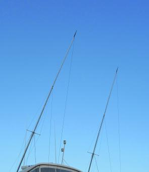 Outriggers in the stowed position showing the two individual lanyards running up to different height eyelets on the rigger poles. Running them to different height eyelets keeps the two halyards separate and creates angles that also keep the clips far enou