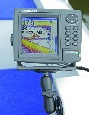 The Lowrance LMS- 522 c at work, note the large bait school on the left of the screen.