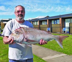Local angler Geoff with his nice snapper caught off the Lee Breakwater – this is what spring at Portland can offer.
