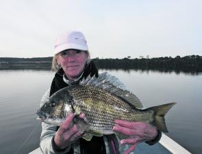 Linda with the type of black bream that we all want to catch regulary. This beast was part of a dozen caught with her 5 fish bag going 6.30kg.