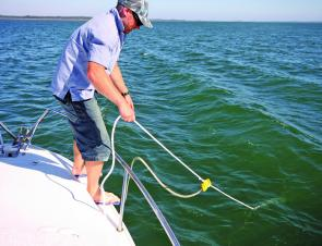Clip the Ezy Lay onto your anchor rope and let the anchor rope go out while simultaneously feeding out the Ezy Lay rope. Then pull the stern of your boat around and fasten the Ezy Lay rope towards the rear of the boat. If yawing continues, pull the Ezy La