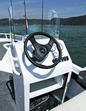 The console is simple and efficient and is set up so that the skipper can easily drive whther standing or sitting.