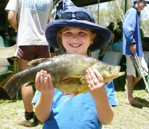Kate Schaefer of Brigalow with the heaviest junior yellowbelly (1.425kg).