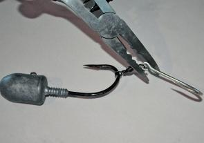 No matter how you fish for macks you need to gang your hooks. The best way is to use a pair of hook opening pliers that allows you to open the eyes of the hook to either join hooks together or by using a swivel.